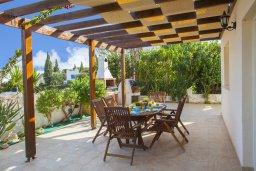 Обеденная зона. Кипр, Каво Марис Протарас : Потрясающая вилла с 4-мя спальнями, с бассейном, тенистой террасой с патио, каменным барбекю и традиционной глиняной печью, расположена в тихом районе Протараса недалеко от песчаного пляжа Lombardi Beach