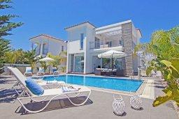 Фасад дома. Кипр, Пернера : Современная вилла с видом на Средиземное море, с 3-мя спальнями, 2-мя ванными комнатами, с бассейном, солнечной террасой с патио, lounge-зоной и барбекю, расположена около пляжа Pernera Beach