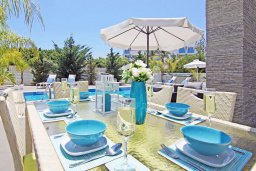 Обеденная зона. Кипр, Пернера : Современная вилла с видом на Средиземное море, с 3-мя спальнями, 2-мя ванными комнатами, с бассейном, солнечной террасой с патио, lounge-зоной и барбекю, расположена около пляжа Pernera Beach