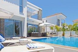 Зона отдыха у бассейна. Кипр, Пернера : Современная вилла с видом на Средиземное море, с 3-мя спальнями, 2-мя ванными комнатами, с бассейном, солнечной террасой с патио, lounge-зоной и барбекю, расположена около пляжа Pernera Beach