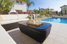 Зона отдыха у бассейна. Кипр, Ионион - Айя Текла : Уютная двухэтажная вилла с 4-мя спальнями, с бассейном и двориком с барбекю
