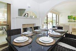 Обеденная зона. Кипр, Ионион - Айя Текла : Потрясающая вилла с 4-мя спальнями, 3-мя ванными комнатами, с бассейном, верандой с патио, lounge-зоной и каменным барбекю, расположена в тихом комплексе в районе Ayia Thekla