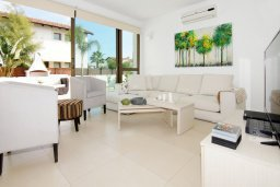 Гостиная. Кипр, Ионион - Айя Текла : Потрясающая вилла с 4-мя спальнями, 3-мя ванными комнатами, с бассейном, верандой с патио, lounge-зоной и каменным барбекю, расположена в тихом комплексе в районе Ayia Thekla
