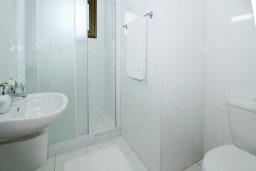 Ванная комната. Кипр, Ионион - Айя Текла : Потрясающая вилла с 4-мя спальнями, 3-мя ванными комнатами, с бассейном, верандой с патио, lounge-зоной и каменным барбекю, расположена в тихом комплексе в районе Ayia Thekla