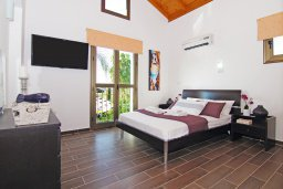 Спальня. Кипр, Ионион - Айя Текла : Потрясающая вилла с 4-мя спальнями, 3-мя ванными комнатами, с бассейном, верандой с патио, lounge-зоной и каменным барбекю, расположена в тихом комплексе в районе Ayia Thekla