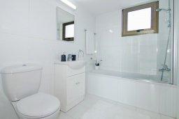 Ванная комната 2. Кипр, Ионион - Айя Текла : Потрясающая вилла с 4-мя спальнями, 3-мя ванными комнатами, с бассейном, верандой с патио, lounge-зоной и каменным барбекю, расположена в тихом комплексе в районе Ayia Thekla