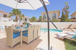 Зона отдыха у бассейна. Кипр, Каппарис : Потрясающая вилла с 3-мя спальнями, бассейном и двориком с барбекю, расположена в самом сердце Каппариса