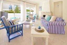 Гостиная. Кипр, Каппарис : Потрясающая вилла с 3-мя спальнями, бассейном и двориком с барбекю, расположена в самом сердце Каппариса