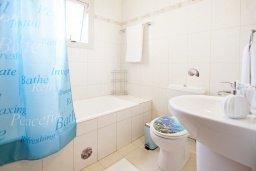 Ванная комната. Кипр, Каппарис : Потрясающая вилла с 3-мя спальнями, бассейном и двориком с барбекю, расположена в самом сердце Каппариса