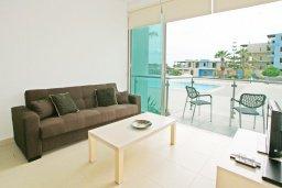 Гостиная. Кипр, Фиг Три Бэй Протарас : Уютный апартамент с террасой в 100 метрах от моря, расположен в комплексе с бассейном, тренажерным залом и спа-центром