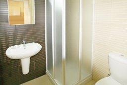 Ванная комната. Кипр, Фиг Три Бэй Протарас : Уютный апартамент с террасой в 100 метрах от моря, расположен в комплексе с бассейном, тренажерным залом и спа-центром