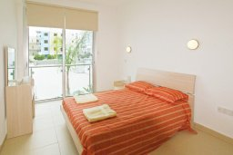 Спальня. Кипр, Фиг Три Бэй Протарас : Уютный апартамент с террасой в 100 метрах от моря, расположен в комплексе с бассейном, тренажерным залом и спа-центром