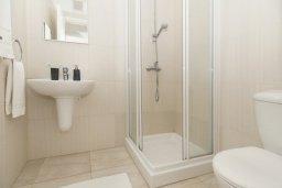 Ванная комната. Кипр, Фиг Три Бэй Протарас : Современный шикарный апартамент с гостиной, отдельной спальней и балконом, расположен недалеко от пляжа Fig Tree Bay