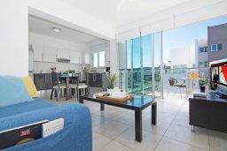Гостиная. Кипр, Фиг Три Бэй Протарас : Современный шикарный апартамент с гостиной, отдельной спальней и балконом, расположен недалеко от пляжа Fig Tree Bay