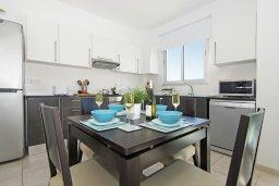 Обеденная зона. Кипр, Фиг Три Бэй Протарас : Современный шикарный апартамент с гостиной, отдельной спальней и балконом, расположен недалеко от пляжа Fig Tree Bay