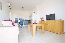 Гостиная. Кипр, Фиг Три Бэй Протарас : Современный апартамент с видом на Средиземное море, гостиной, отдельной спальней, расположен в комплексе с бассейном, тренажерным залом, теннисным кортом, недалеко от пляжа Fig Tree Bay