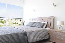 Спальня. Кипр, Фиг Три Бэй Протарас : Современный апартамент с видом на Средиземное море, гостиной, отдельной спальней, расположен в комплексе с бассейном, тренажерным залом, теннисным кортом, недалеко от пляжа Fig Tree Bay