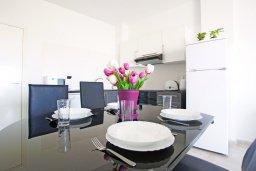 Обеденная зона. Кипр, Фиг Три Бэй Протарас : Современный апартамент с видом на Средиземное море, гостиной, отдельной спальней, расположен в комплексе с бассейном, тренажерным залом, теннисным кортом, недалеко от пляжа Fig Tree Bay