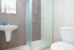 Ванная комната. Кипр, Фиг Три Бэй Протарас : Современный апартамент с видом на Средиземное море, гостиной, отдельной спальней, расположен в комплексе с бассейном, тренажерным залом, теннисным кортом, недалеко от пляжа Fig Tree Bay