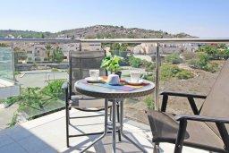Балкон. Кипр, Фиг Три Бэй Протарас : Уютная студия с балконом с видом на горы, расположена в комплексе с бассейном, спа-центром, теннисным кортом, недалеко от пляжа Fig Tree Bay