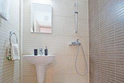 Ванная комната. Кипр, Фиг Три Бэй Протарас : Комфортабельный апартамент в 100 метрах от пляжа, с отдельной спальней и террасой с видом на море, в комплексе с бассейном и тренажерным залом