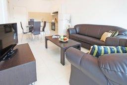 Гостиная. Кипр, Фиг Три Бэй Протарас : Комфортабельный апартамент в 100 метрах от пляжа, с отдельной спальней и террасой с видом на море, в комплексе с бассейном и тренажерным залом