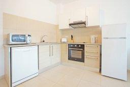 Кухня. Кипр, Фиг Три Бэй Протарас : Комфортабельный апартамент в 100 метрах от пляжа, с отдельной спальней и террасой с видом на море, в комплексе с бассейном и тренажерным залом