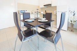 Обеденная зона. Кипр, Фиг Три Бэй Протарас : Комфортабельный апартамент в 100 метрах от пляжа, с отдельной спальней и террасой с видом на море, в комплексе с бассейном и тренажерным залом