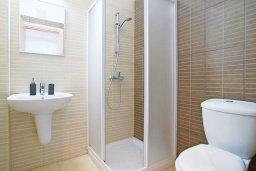 Ванная комната. Кипр, Фиг Три Бэй Протарас : Апартамент в 100 метрах от пляжа, с отдельной спальней и балконом с видом на море, в комплексе с бассейном и теннисным кортом