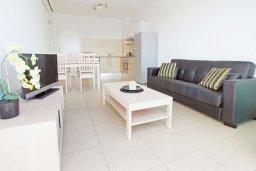 Гостиная. Кипр, Фиг Три Бэй Протарас : Апартамент в 100 метрах от пляжа, с отдельной спальней и балконом с видом на море, в комплексе с бассейном и теннисным кортом