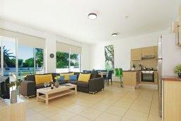 Гостиная. Кипр, Фиг Три Бэй Протарас : Современный апартамент с гостиной, двумя спальнями, двумя ванными комнатами и террасой, расположен недалеко от пляжа Fig Tree Bay
