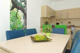 Обеденная зона. Кипр, Фиг Три Бэй Протарас : Современный апартамент с гостиной, двумя спальнями, двумя ванными комнатами и террасой, расположен недалеко от пляжа Fig Tree Bay