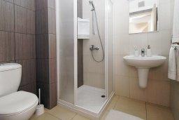 Ванная комната. Кипр, Фиг Три Бэй Протарас : Современный апартамент с гостиной, двумя спальнями, двумя ванными комнатами и террасой, расположен недалеко от пляжа Fig Tree Bay