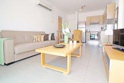 Гостиная. Кипр, Фиг Три Бэй Протарас : Современный апартамент с отдельной спальней и балконом, расположен недалеко от пляжа Fig Tree Bay