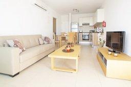 Гостиная. Кипр, Фиг Три Бэй Протарас : Апартамент в 100 метрах от пляжа, с отдельной спальней и балконом с частичным видом на море, расположен в комплексе с бассейном и теннисным кортом