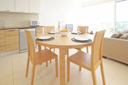 Обеденная зона. Кипр, Фиг Три Бэй Протарас : Апартамент в 100 метрах от пляжа, с отдельной спальней и балконом с частичным видом на море, расположен в комплексе с бассейном и теннисным кортом