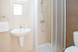 Ванная комната. Кипр, Фиг Три Бэй Протарас : Апартамент в 100 метрах от пляжа, с отдельной спальней и балконом с частичным видом на море, расположен в комплексе с бассейном и теннисным кортом