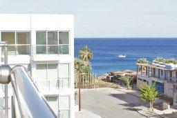 Вид на море. Кипр, Фиг Три Бэй Протарас : Апартамент в 100 метрах от пляжа, с отдельной спальней и балконом с частичным видом на море, расположен в комплексе с бассейном и теннисным кортом