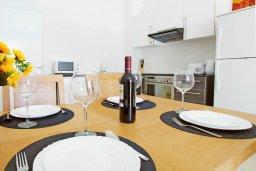 Обеденная зона. Кипр, Фиг Три Бэй Протарас : Современный апартамент с гостиной, отдельной спальней и террасой, расположен в нескольких минутах ходьбы до залива Fig Tree Bay