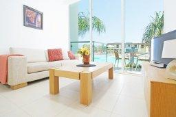 Гостиная. Кипр, Фиг Три Бэй Протарас : Современный апартамент с гостиной, отдельной спальней и террасой, расположен в нескольких минутах ходьбы до залива Fig Tree Bay