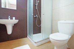 Ванная комната. Кипр, Фиг Три Бэй Протарас : Современный апартамент с гостиной, отдельной спальней и террасой, расположен в нескольких минутах ходьбы до залива Fig Tree Bay