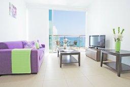 Гостиная. Кипр, Фиг Три Бэй Протарас : Потрясающий апартамент в 100 метрах от пляжа, с отдельной спальней и балконом с видом на море, в комплексе с бассейном и спа-центром