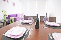 Обеденная зона. Кипр, Фиг Три Бэй Протарас : Потрясающий апартамент в 100 метрах от пляжа, с отдельной спальней и балконом с видом на море, в комплексе с бассейном и спа-центром