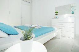 Спальня. Кипр, Фиг Три Бэй Протарас : Современный апартамент с фантастическим панорамным видом на Средиземное море, с отдельной спальней, уютной гостиной и балконом,  расположен в нескольких минутах ходьбы до залива Fig Tree Bay