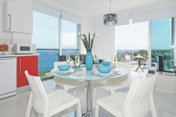 Обеденная зона. Кипр, Фиг Три Бэй Протарас : Современный апартамент с фантастическим панорамным видом на Средиземное море, с отдельной спальней, уютной гостиной и балконом,  расположен в нескольких минутах ходьбы до залива Fig Tree Bay