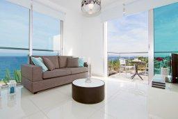 Гостиная. Кипр, Фиг Три Бэй Протарас : Современный апартамент с фантастическим панорамным видом на Средиземное море, с отдельной спальней, уютной гостиной и балконом,  расположен в нескольких минутах ходьбы до залива Fig Tree Bay