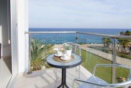 Балкон. Кипр, Фиг Три Бэй Протарас : Современный апартамент с фантастическим панорамным видом на Средиземное море, с отдельной спальней, уютной гостиной и балконом,  расположен в нескольких минутах ходьбы до залива Fig Tree Bay