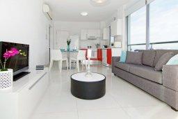 Гостиная. Кипр, Фиг Три Бэй Протарас : Очаровательный апартамент с отдельной спальней и балконом с видом на море,  расположен в нескольких минутах ходьбы до залива Fig Tree Bay