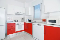 Кухня. Кипр, Фиг Три Бэй Протарас : Современный апартамент с фантастическим панорамным видом на Средиземное море, с отдельной спальней, уютной гостиной и балконом,  расположен в нескольких минутах ходьбы до залива Fig Tree Bay