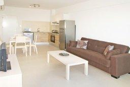Гостиная. Кипр, Фиг Три Бэй Протарас : Апартамент в 100 метрах от пляжа, с гостиной, отдельной спальней и балконом с панорамным видом на море